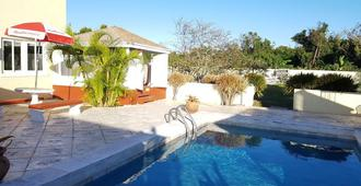 Golden Palm B & B - Nassau - Pool