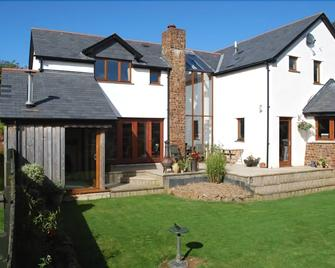 Oak Lodge Bed And Breakfast - Bude - Building