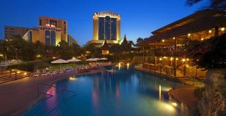 Gulf Hotel Bahrain Convention and Spa - Manama - Piscina