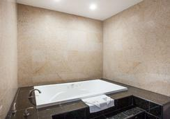 Travelodge by Wyndham Ontario - Ontario - Bathroom