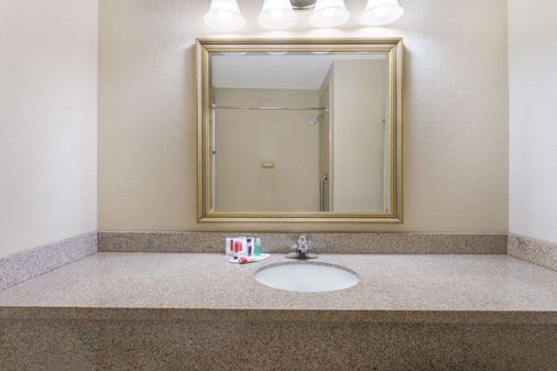 Days Inn by Wyndham North Mobile - Semmes - Bathroom