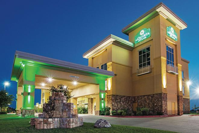 La Quinta Inn & Suites by Wyndham Ft. Worth - Forest Hill TX - Fort Worth - Building