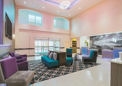 La Quinta Inn & Suites by Wyndham Ft. Worth - Forest Hill TX - Fort Worth - Lobby