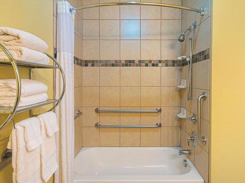 斯堡森林山拉金塔酒店和套房 - 沃斯堡 - 沃思堡 - 浴室