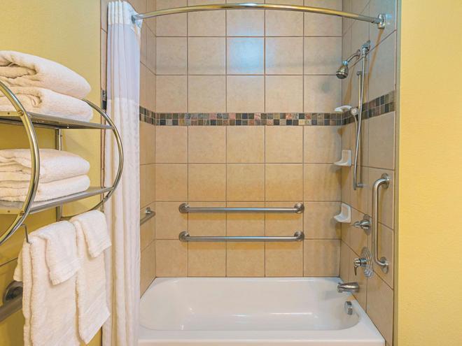 La Quinta Inn & Suites by Wyndham Ft. Worth - Forest Hill TX - Fort Worth - Bathroom