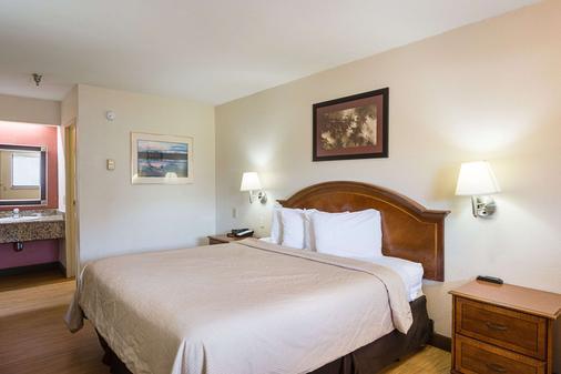 Rodeway Inn - Tampa - Bedroom