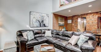 Enchanting Home 2 Blocks from ConvCenter & Harbor - Baltimore - Living room