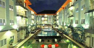 Harris Hotel & Residences Riverview Kuta - Kuta - Pool