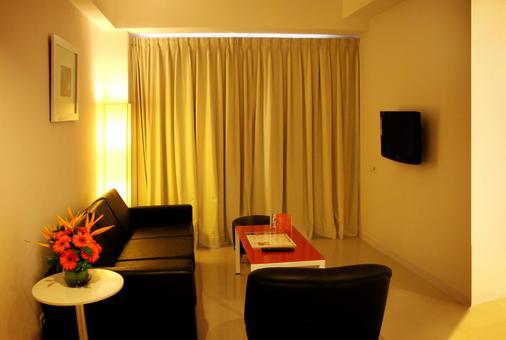 Harris Hotel & Residences Riverview Kuta - Kuta - Living room