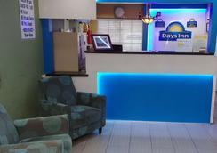 Days Inn by Wyndham Houston East - Houston - Front desk