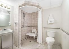 Knights Inn and Suites Grand Forks - Grand Forks - Baño