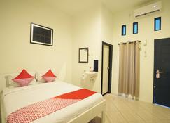 OYO 967 Cajoma Guesthouse - Labuan Bajo - Bedroom