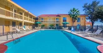 La Quinta Inn by Wyndham Eagle Pass - Eagle Pass - Pool