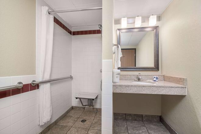 AmericInn by Wyndham Fargo West Acres - Fargo - Bathroom