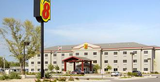 Super 8 by Wyndham Topeka at Forbes Landing - Topeka - Building