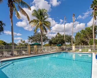 La Quinta Inn & Suites by Wyndham Sunrise Sawgrass Mills - Sunrise - Pool