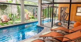 بوزادا أجويا دورادا - Monte Verde - حوض السباحة