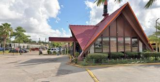 Red Carpet Inn - Houston - Building