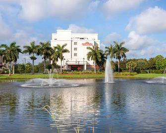 Hawthorn Suites by Wyndham West Palm Beach - West Palm Beach - Building