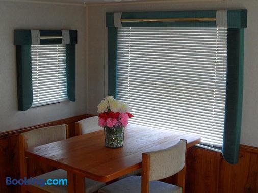 Pahrump RV Park & Lodging - Pahrump - Dining room