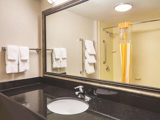 La Quinta Inn & Suites by Wyndham Fresno Northwest - Fresno - Bathroom