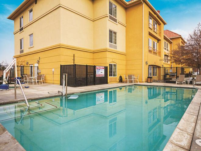 La Quinta Inn & Suites by Wyndham Fresno Northwest - Fresno - Piscina