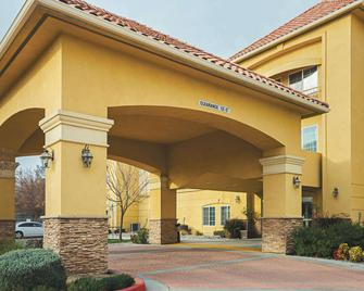 La Quinta Inn & Suites by Wyndham Fresno Northwest - Fresno - Building