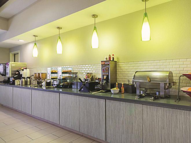 La Quinta Inn & Suites by Wyndham Fresno Northwest - Fresno - Buffet