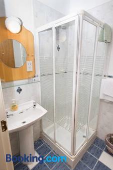 Larkins Pub Restaurant And B&b - Milltown (Kerry) - Bathroom