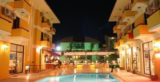 Albano Hotel - צזמה - בריכה