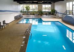 Clarion Hotel Airport - Portland - Pool