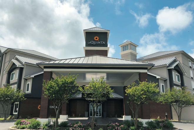 La Quinta Inn & Suites by Wyndham Austin Airport - Austin - Building
