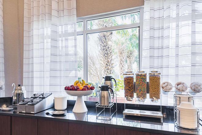 La Quinta Inn & Suites by Wyndham Austin Airport - Austin - Buffet