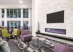 La Quinta Inn & Suites by Wyndham Austin Airport - Austin - Lobby