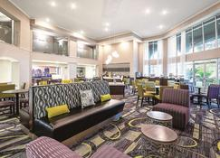 La Quinta Inn & Suites by Wyndham Austin Airport - Austin - Lounge