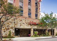 Adria Hotel And Conference Center - Queens - Edificio