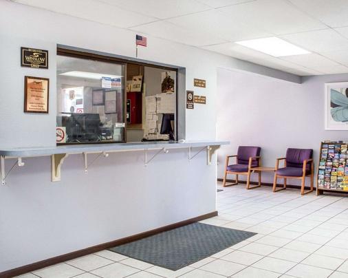 Rodeway Inn - Winslow - Front desk