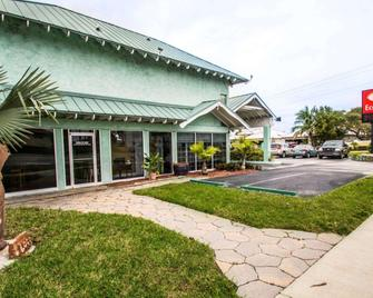 Econo Lodge - Cocoa Beach - Building