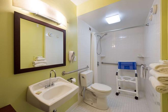 Super 8 by Wyndham White River Junction - White River Junction - Bathroom