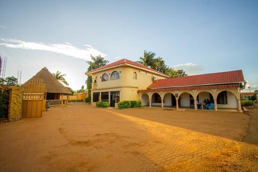 Mum Resort Hotel - Iganga - Building