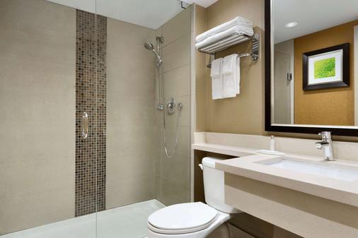 Travelodge by Wyndham Toronto East - Toronto - Bathroom