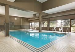 Travelodge by Wyndham Toronto East - Toronto - Pool