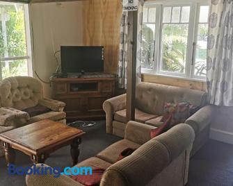 Tui Lodge - Coromandel - Living room