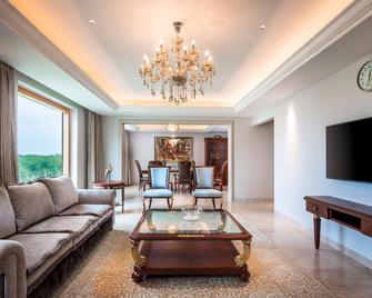 Novotel Hyderabad Airport - Hyderabad - Living room