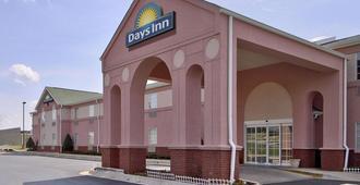Days Inn & Suites by Wyndham Huntsville - האנטסוויל