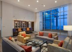Holiday Inn Hotel & Suites - Montreal Centre-ville Ouest, an IHG Hotel - Montreal - Lounge