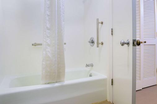 Comfort Inn Monterey Peninsula Airport - Monterey - Bathroom