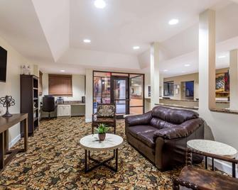 Days Inn by Wyndham Tifton - Tifton - Living room