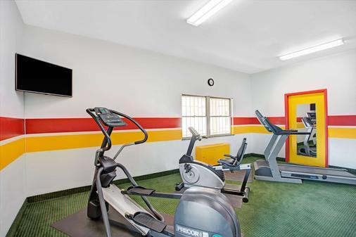 Days Inn by Wyndham Arlington/Washington DC - Arlington - Gym