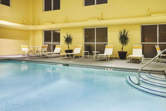 La Quinta Inn Suites by Wyndham Knoxville Airport - Alcoa - Piscina